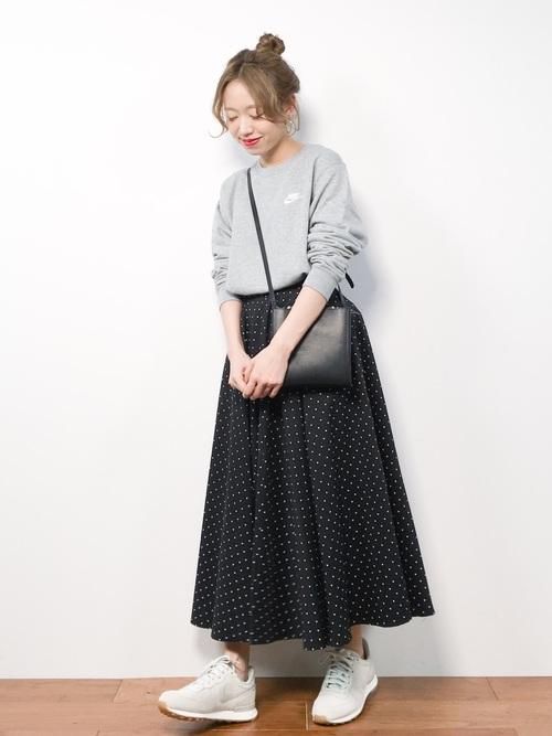 グレーのスウェットと黒のドット柄スカートのコーデ