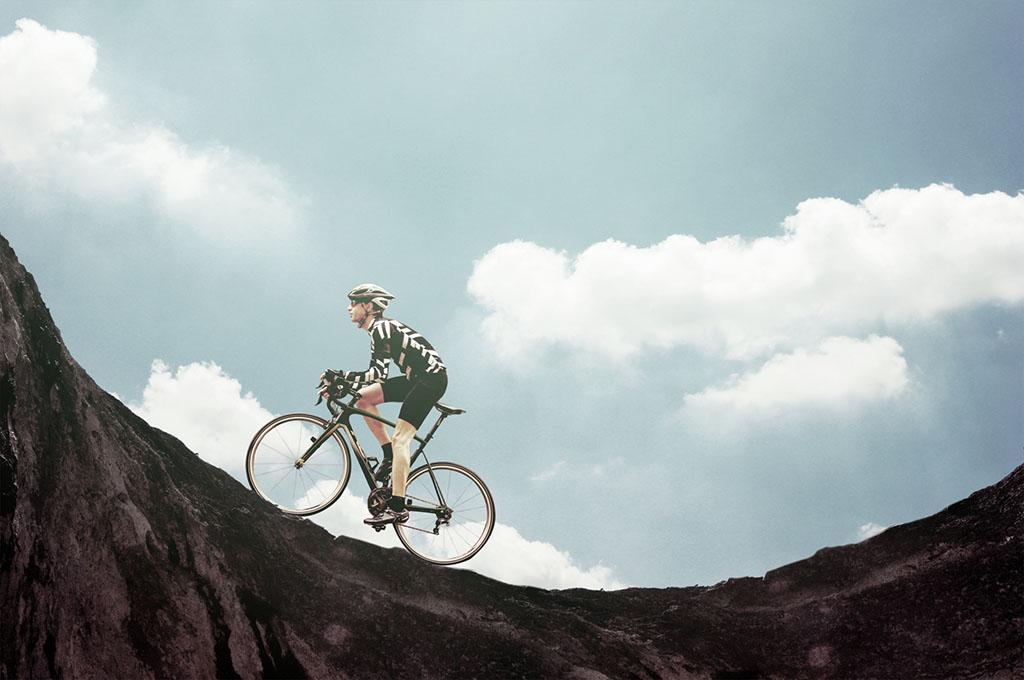 自転車でヒルクライムに挑戦中の人