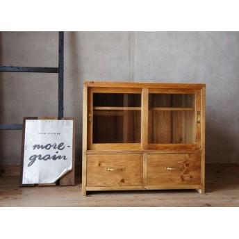 レトロな雰囲気ガラス引き戸の棚。引き戸の食器棚。昭和レトロ。