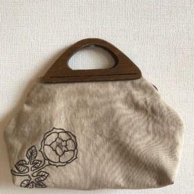 木製持ち手のバッグ