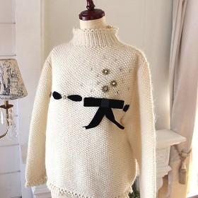 ベルベットリボンとスワロフスキーのビーズ刺繍付き 手編みセーター