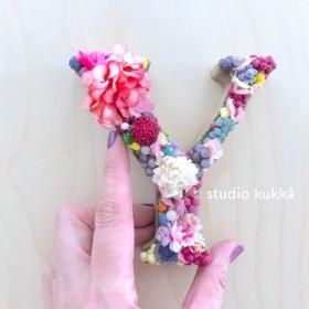 <受注製作> 直径11cm アルファベットオブジェ イニシャル ラブリーフラワーミックス マルチカラー1文字 ピンク