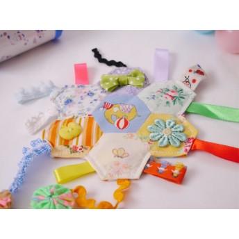 パッチワークのカラフルなタグハンカチ。赤ちゃんのおもちゃ シャカシャカ知育玩具 出産準備、出産祝い・プレゼントなど贈り物に最適 インテリアやディスプレイとしても◎