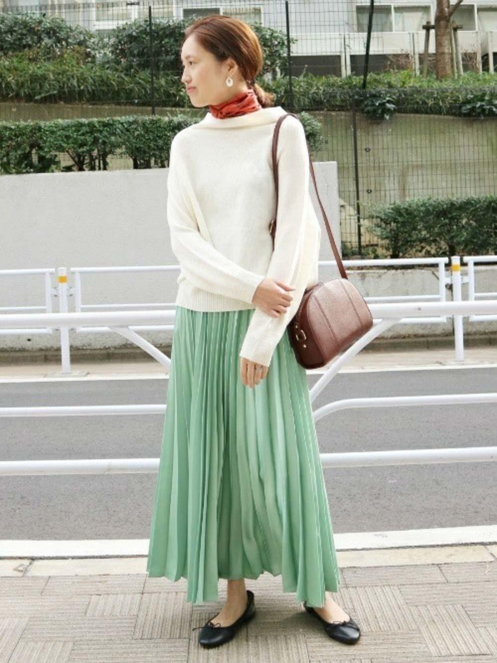 グリーンのサテンプリーツスカート