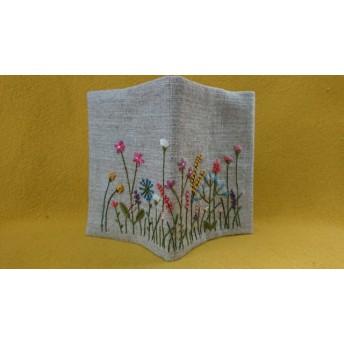 カラフルでにぎやかな庭の刺繍の文庫本サイズブックカバー B
