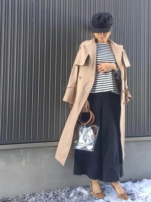 ボーダーTシャツとワイドパンツとベージュのトレンチコートのコーデ