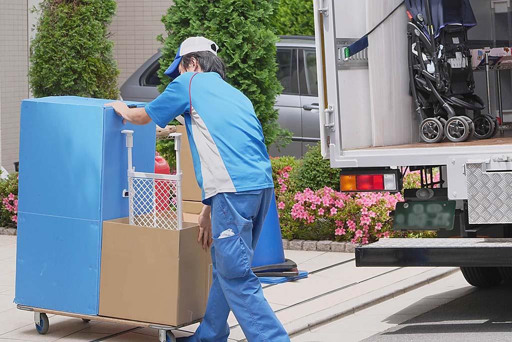 ハンガーボックスを運ぶ引っ越し業者
