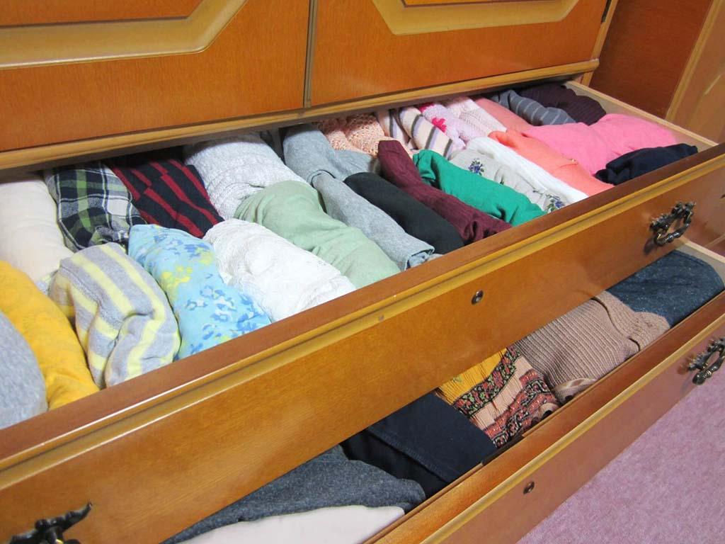 タンスに詰まった衣類