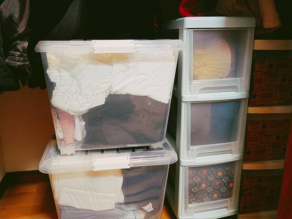 引き出し式の衣装ケースとふた式の衣装ケース