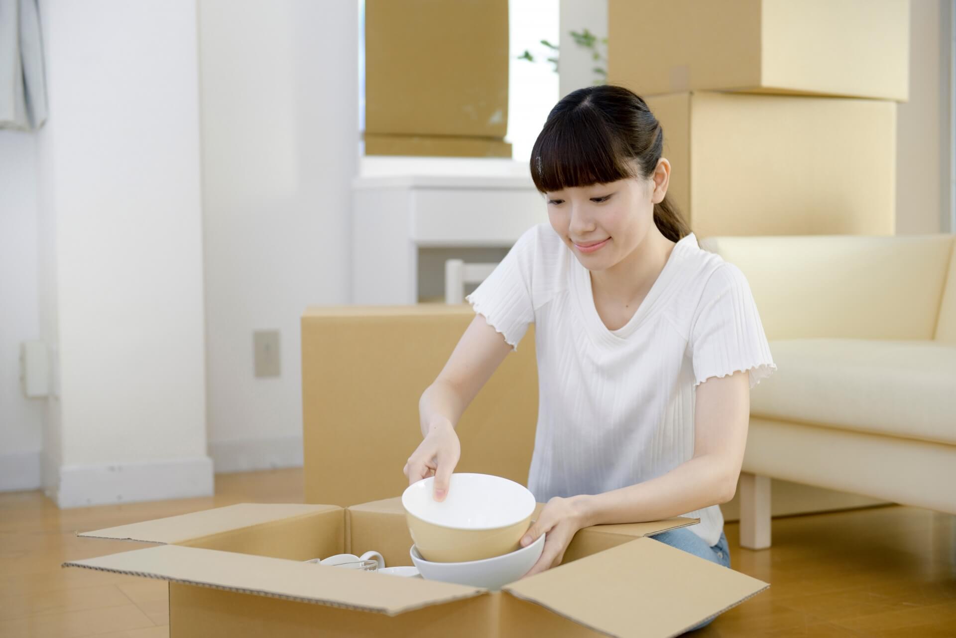 食器を梱包する女性