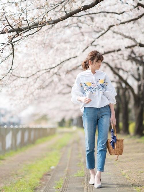 花柄シャツとデニムパンツのコーデ