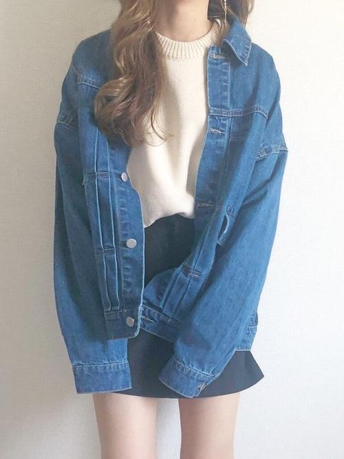 デニムジャケットと黒いミニスカートのコーデ