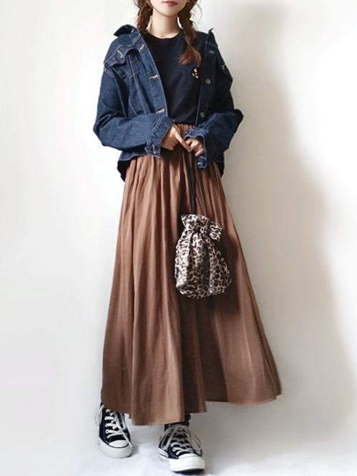 デニムジャケットとブラウンのロングスカートコーデ