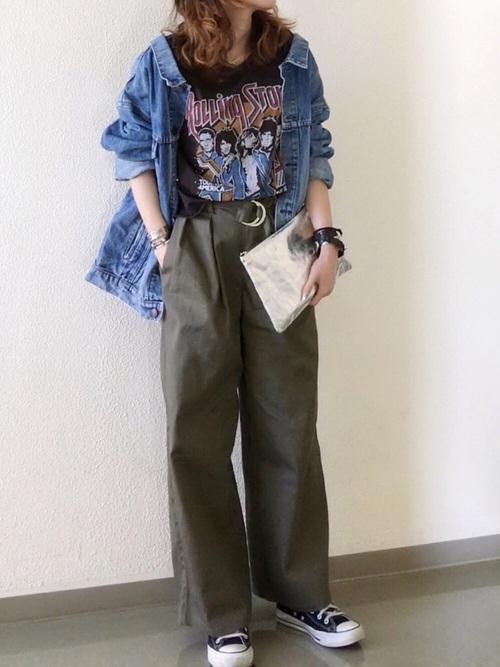 デニムジャケットと柄Tシャツとカーキパンツのコーデ