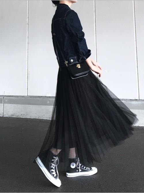 デニムジャケットと黒いチュールスカートのコーデ