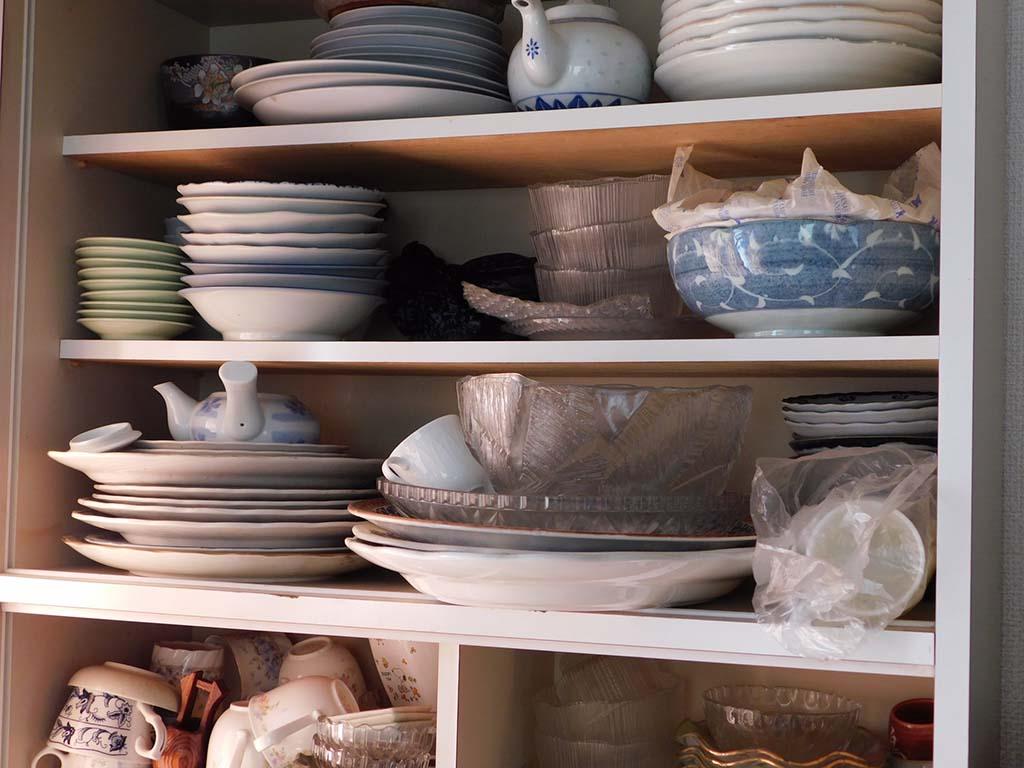 食器でいっぱいの棚