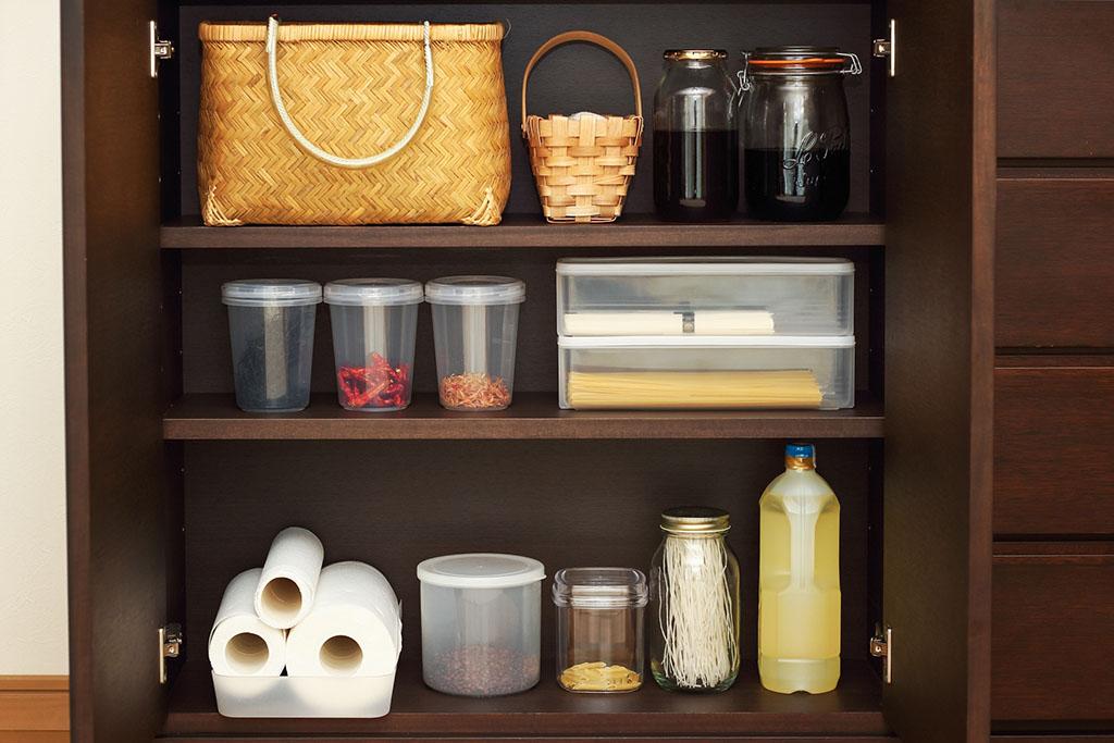 整理整頓された食品棚