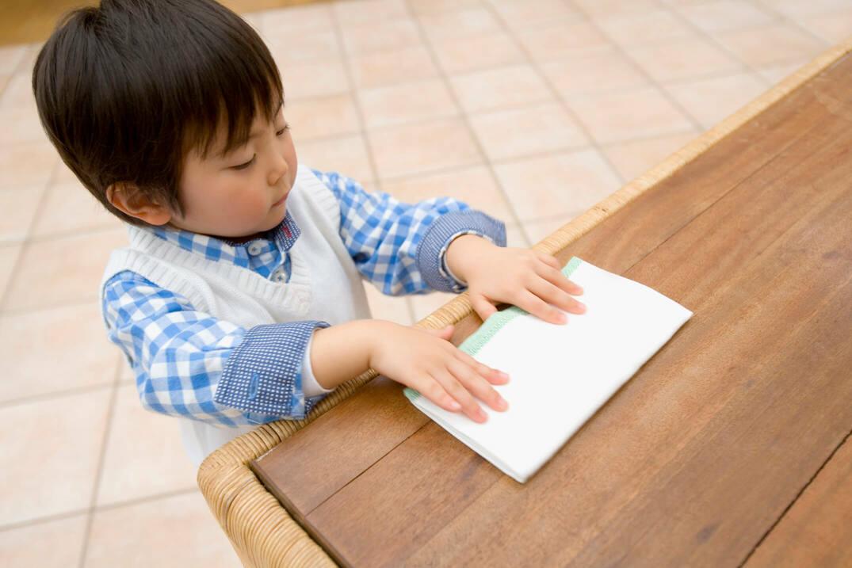 テーブルを拭いている男の子