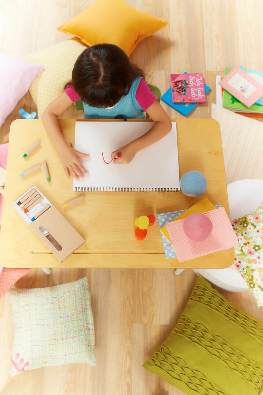 机でお絵かきする子ども