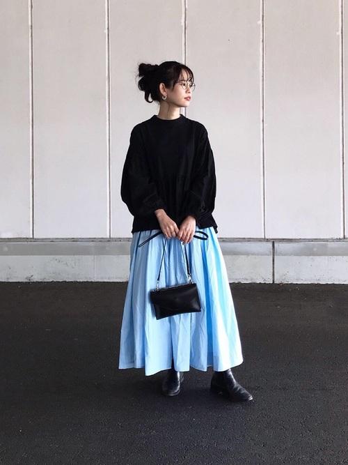 黒いシャツブラウスとブルーのフレアースカートコーデ