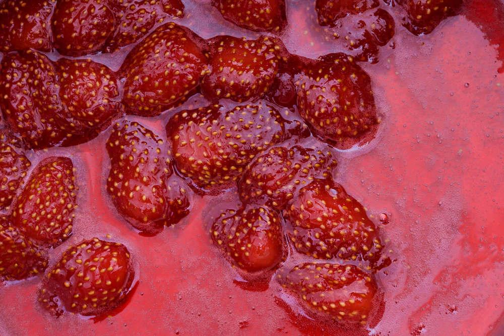 苺のコンフィチュール調理中の鍋