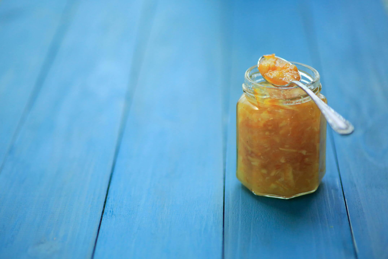 保存瓶に詰められたオレンジのコンフィチュール