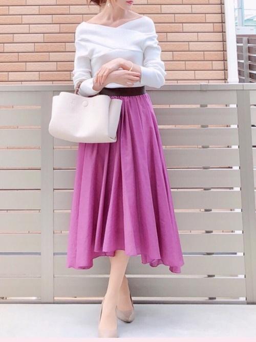 白いニットとラベンダーのスカートのコーデ
