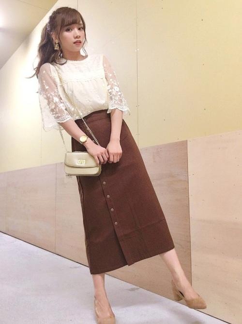 白いレースシャツとブラウンのスカートのコーデ