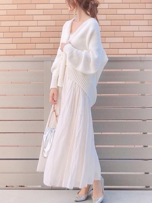 白いギャザースカートとカーディガンのコーデ