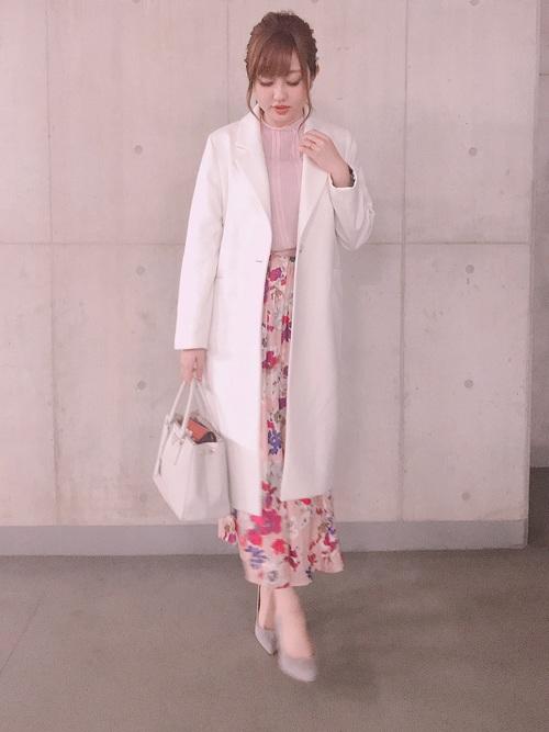 ピンクの花柄スカートとシフォンレースブラウスのコーデ