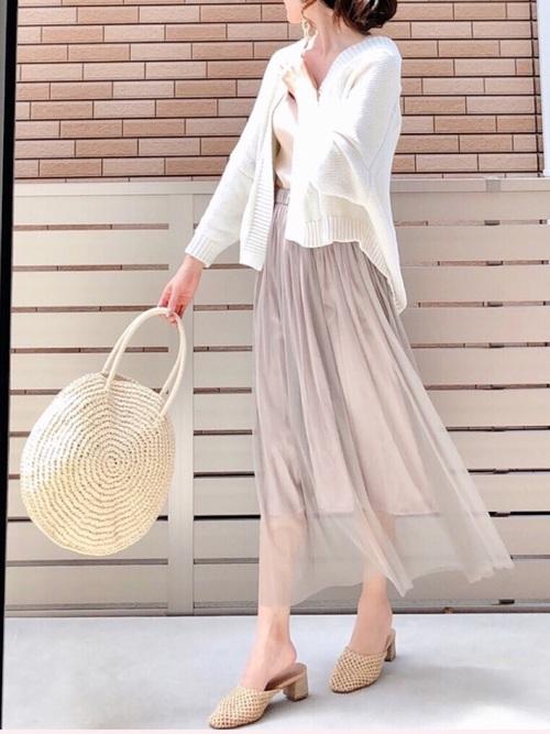 ベージュのフレアースカートと白いカーディガンのコーデ