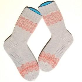 部分編み込みの手編み靴下 (ライトグレー&サーモンピンク) P001