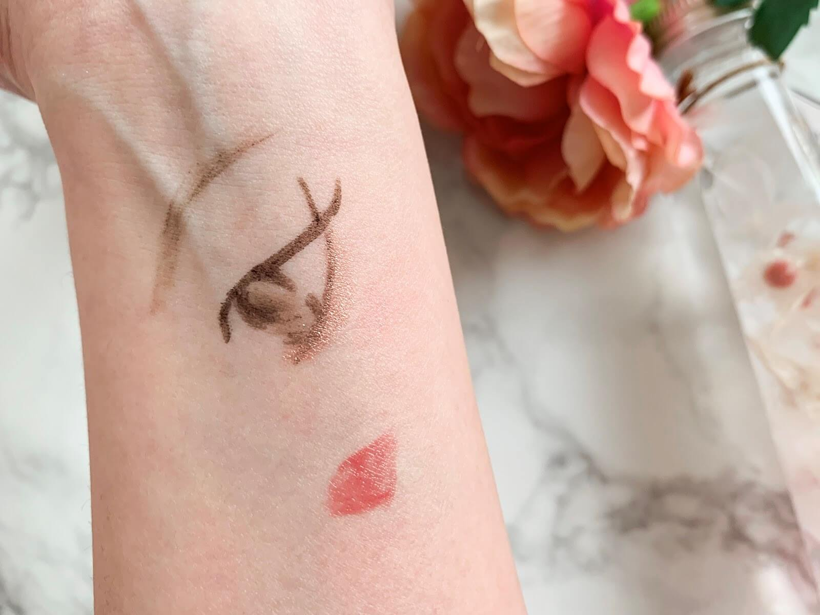 ピンクのラメアイライナーを塗ったイメージ