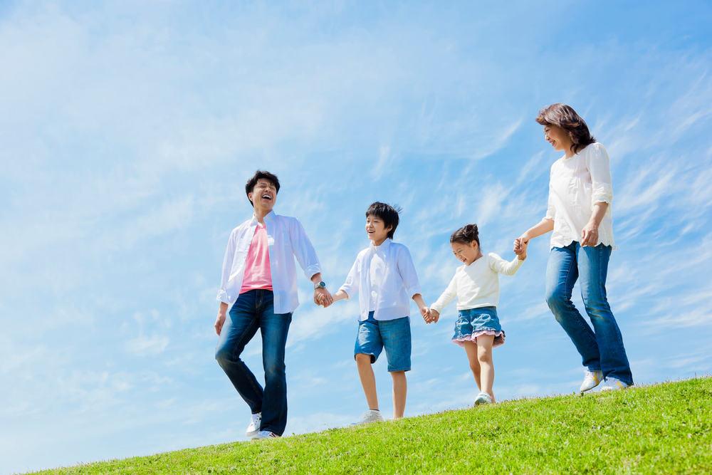 草原を歩く家族4人