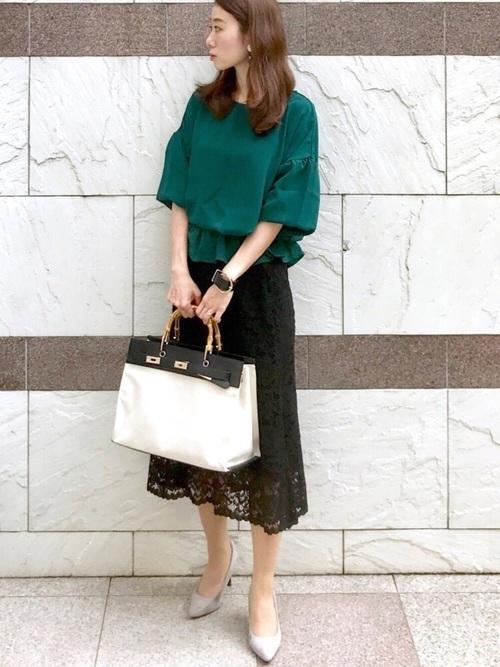 黒いレースフレアースカートとグリーンのシャツコーデ