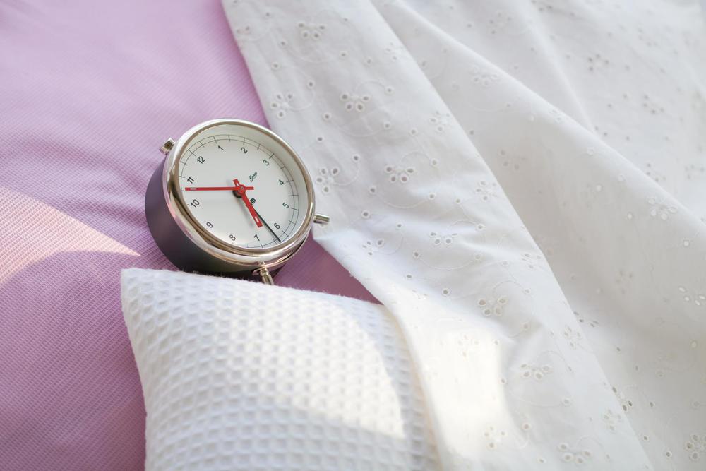 目覚まし時計と寝具