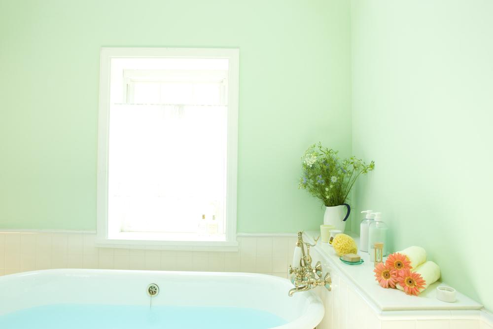 バスルームのペールグリーンの壁