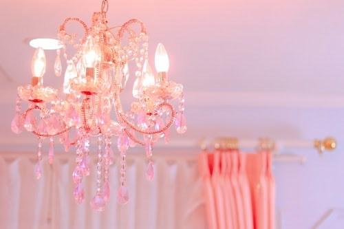 ペールピンクのカーテンとシャンデリア