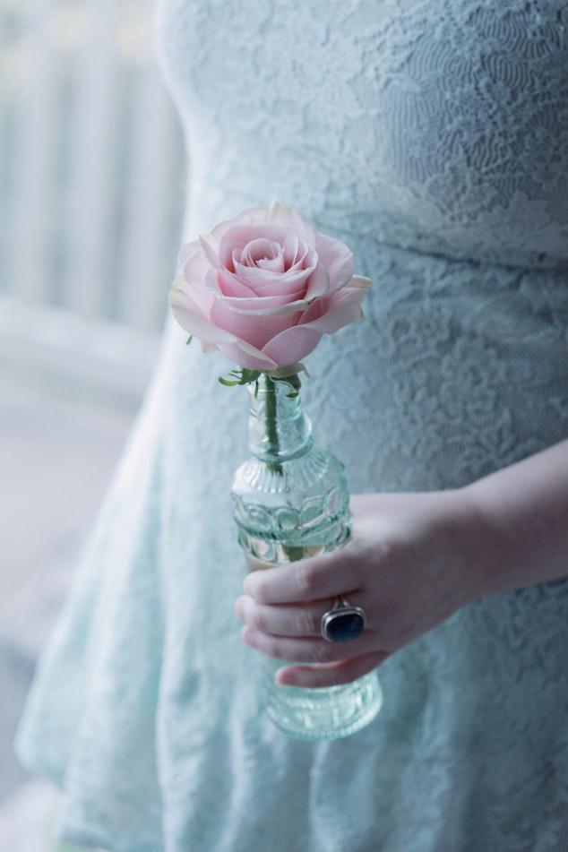 ペールブルーのドレスとペールブルーのバラ