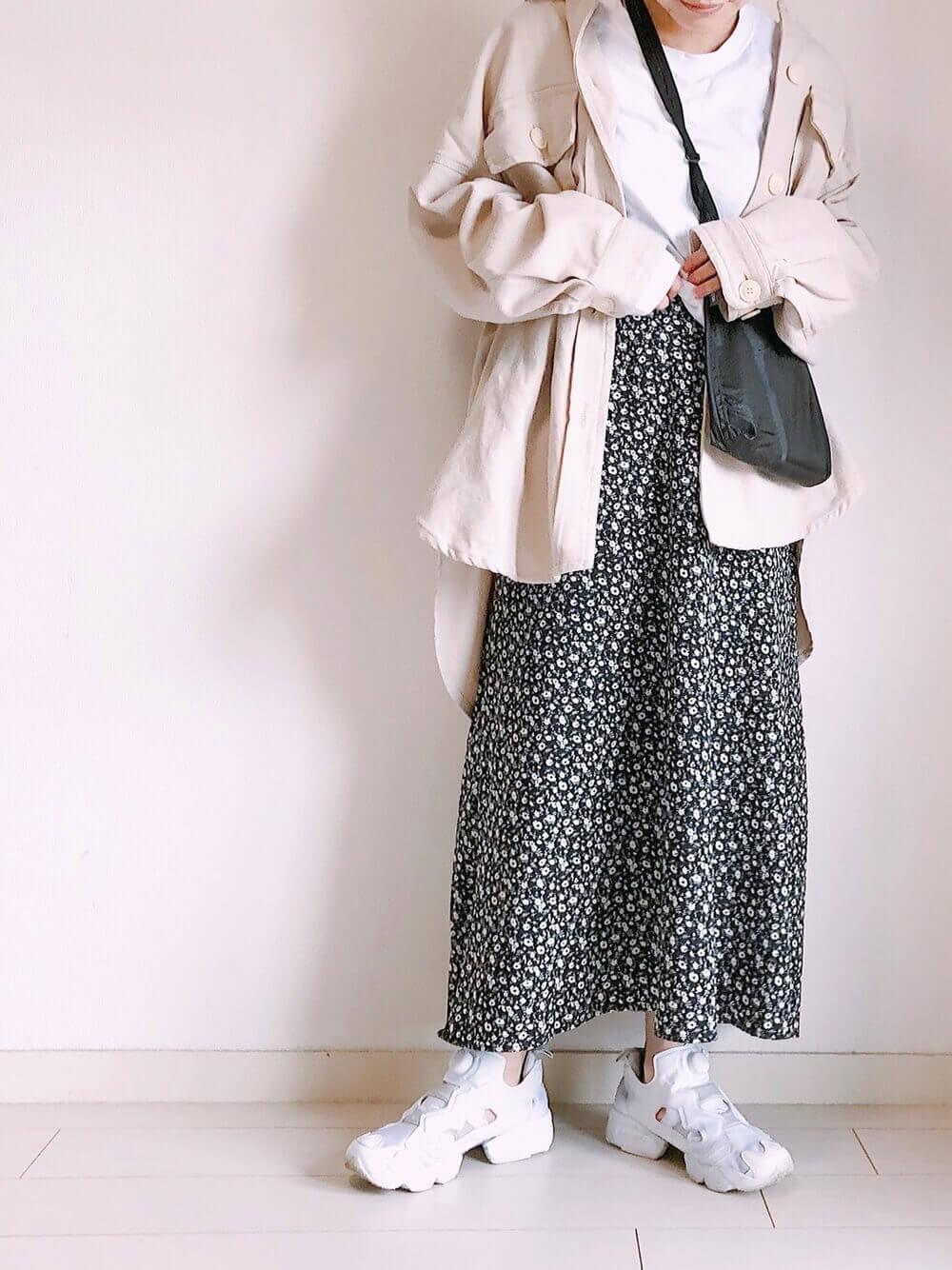 真っ白のポンプフューリーとロングスカート