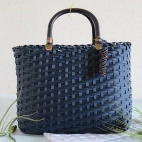 藍色のとばし編みかごバッグ