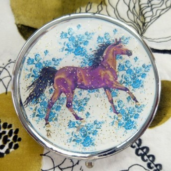 青い薔薇バックに鹿毛のお馬さん_ピルケース