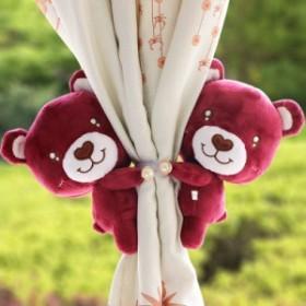 【お取り寄せ】カーテンタッセル ぬいぐるみ風 お鼻がハートのクマ お腹に刺繍 パール風ボタン 2個セット (横向き×レッド)