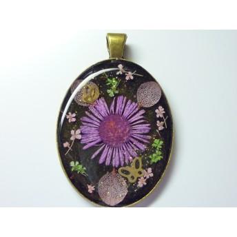 紫の花と金の蝶