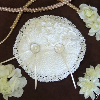 白い小花のリングピロー : : : 丸型