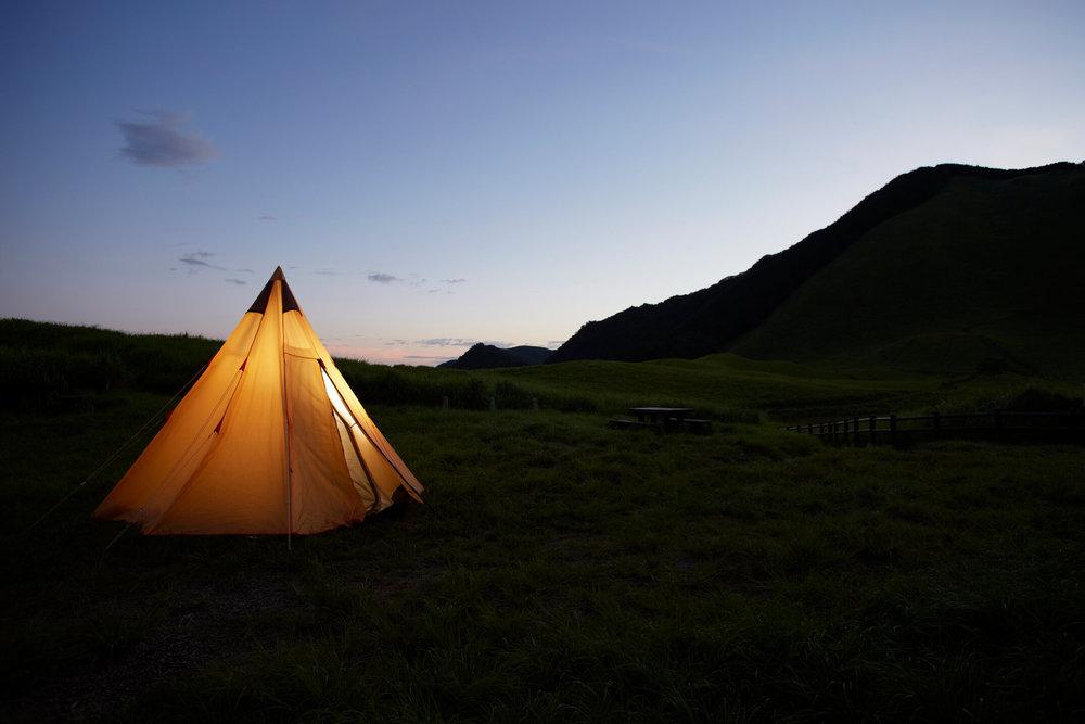 夜を迎えて灯りをともしたテント