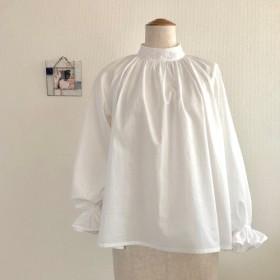 長袖フリルの白いブラウス