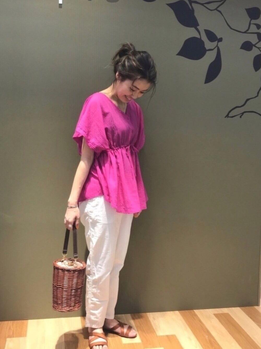ピンクのトップスに白パンツを合わせて