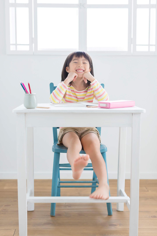 学習机に座る子ども