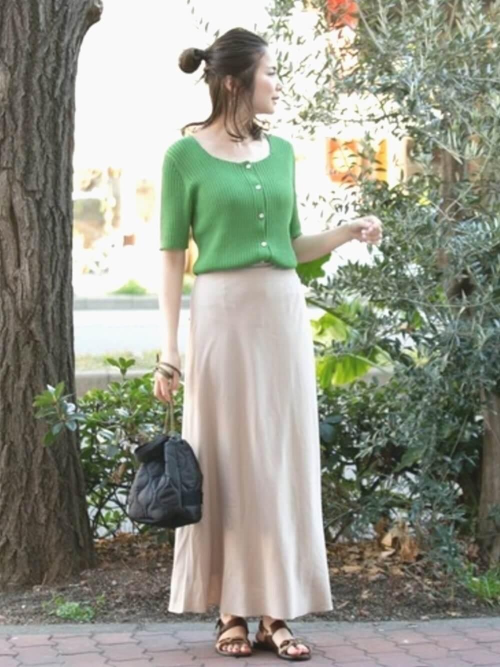 グリーンのカーディガンとマキシスカート